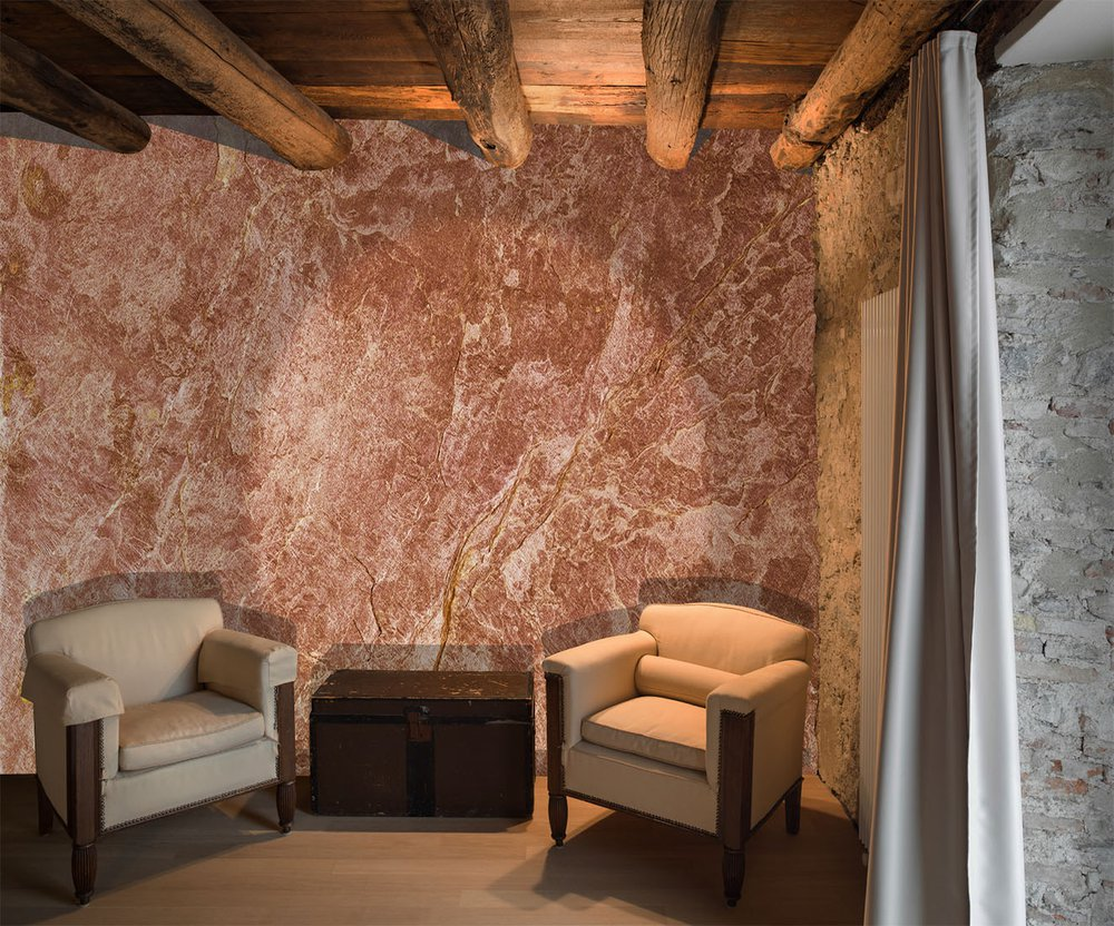 in this rustic living room, this wallpaper gives a touch of warm authenticity